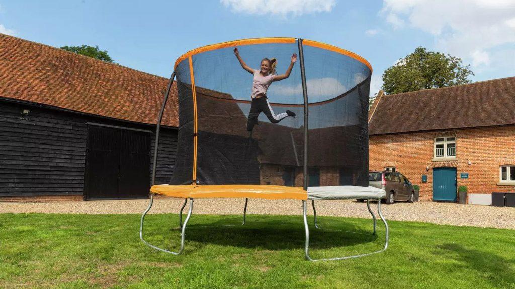 Na co zwrócić uwagę wybierając trampolinę